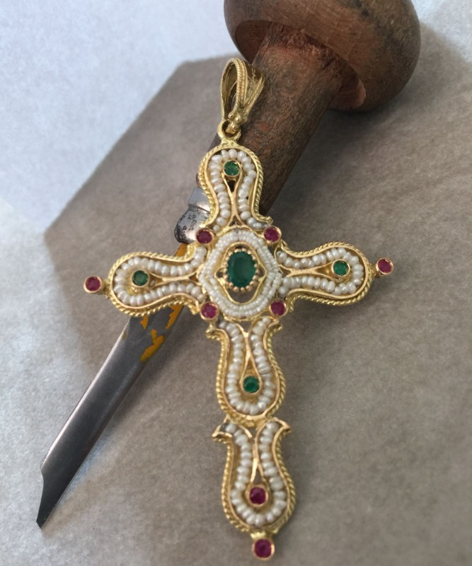 croce-in-oro-zaffiri-e-micro-perle-cod-3593
